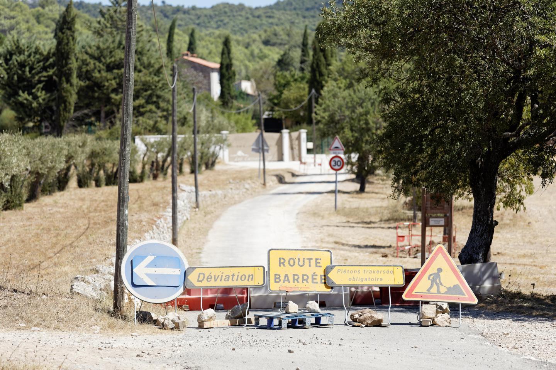 Évènement à Riboux ! Avec les travaux, la circulation a été interdite sur la rue principale conduisant au village. Durant une quinzaine de jours il fallait passer par un champ pour le contourner.