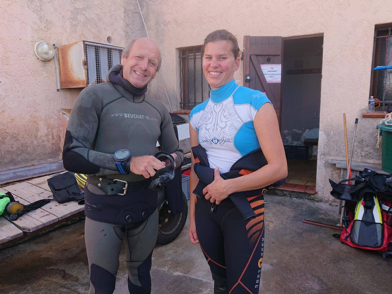 Claude Lefebvre, du parc national de Port-Cros, et Marion George, de Naturoscope, en tenue avant de plonger dans la baie de La Garonne.