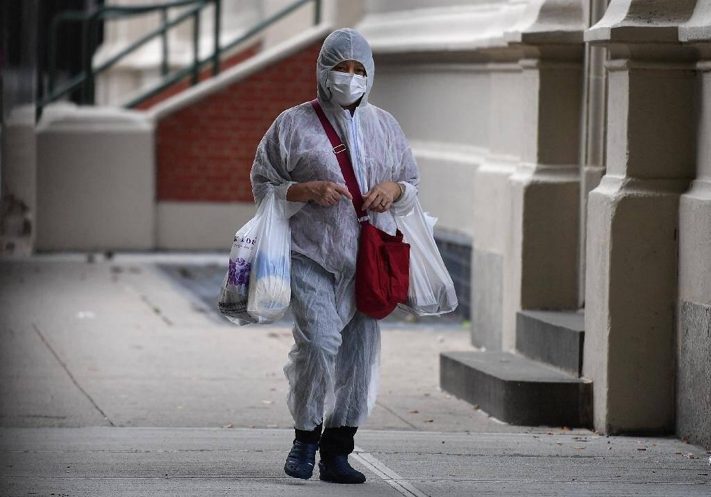 Une personne en combinaison dans les rues de Brooklyn à New York, le 5 octobre 2020