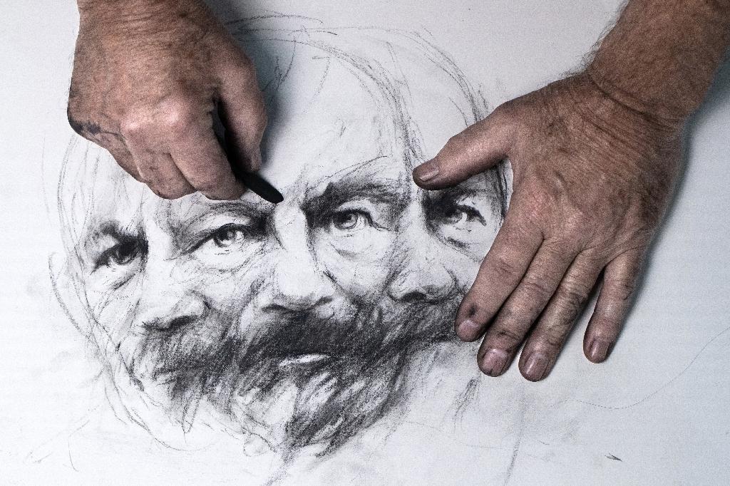 L'artiste Ernest Pignon-Ernest dessine un portrait de Gérard de Nerval, le 7 octobre 2020 dans son atelier d'Ivry-sur-Seine, près de Paris
