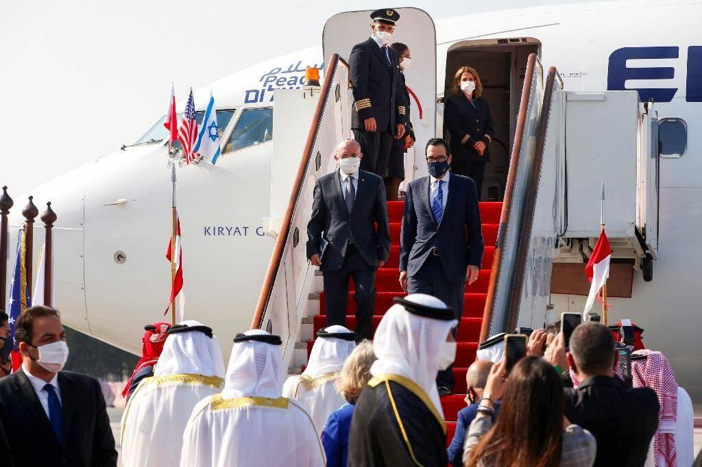 La délégation israélienne et le secrétaire américain au Trésor Steve Mnuchin (d) arrivent à l'aéroport international de  Bahrein le 18 octobre 2020