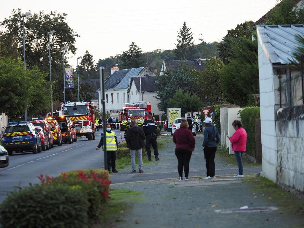 Des habitants et des secours à Loches (Indre-et-Loire) après la collision d'un ULM avec un avion de tourisme qui a fait 5 morts, le 10 octobre 2020