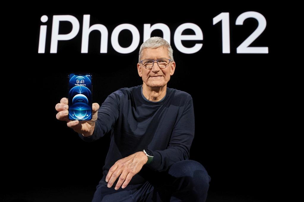 Tim Cook, patron d'Apple, montre le nouvel iPhone 12 Pro, commercialisé en novembre, le 13 octobre 2020 à Cupertino, en Californie