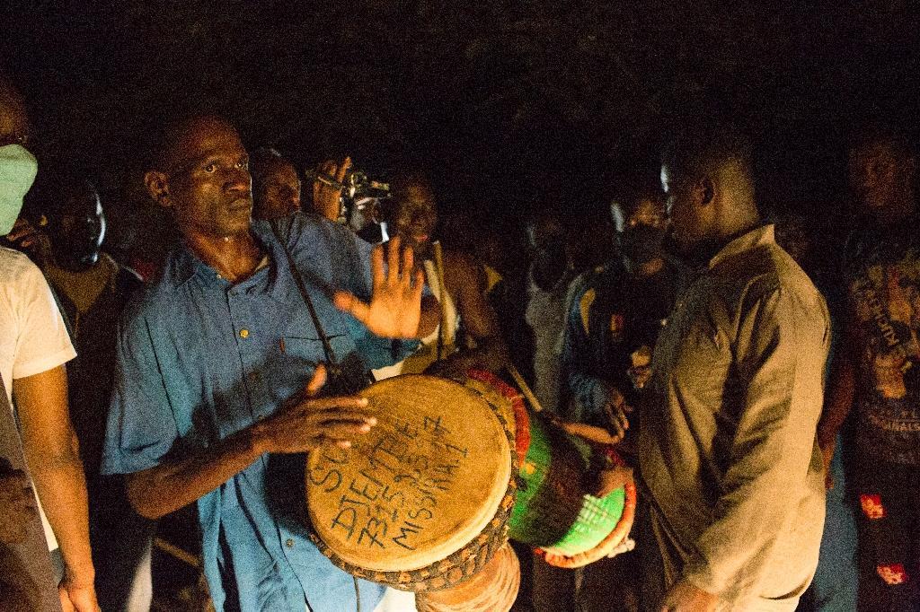 Des partisans de Soumaïla Cissé célèbrent sa libération devant sa maison à Bamako, le 8 octobre 2020