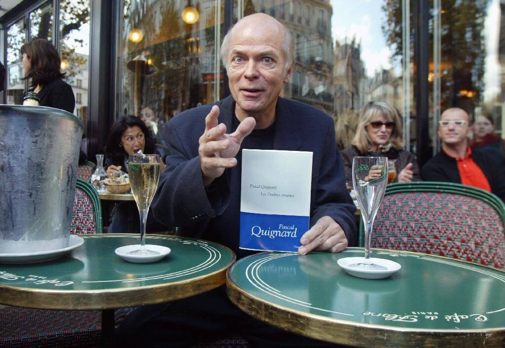 """L'écrivain Pascal Quignard avec son livre """"Les Ombres errantes"""" le 28 octobre 2002"""