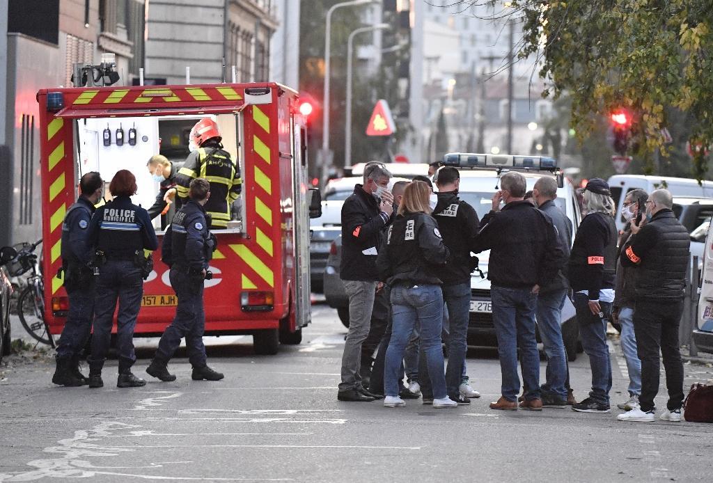 Les secours et la police à proximité de l'église où un prêtre orthodoxe a été la cible d'un tireur, à Lyon le 31 octobre 2020