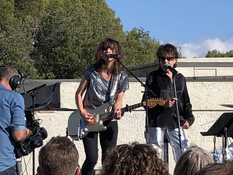 Aux côtés de plusieurs artistes de la scène française, Camelia Jordana et Dani ont rendu hommage en chansons à Christophe disparu cette année.