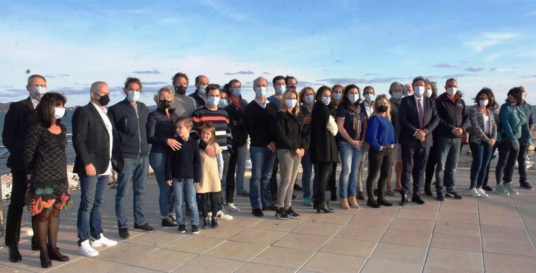 Les élus, responsables de l'office de tourisme et professionnels réunis sur la terrasse du Pôle nautique.
