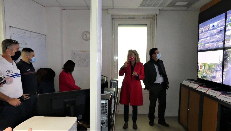 La maire Nathalie Bicais et son premier adjoint Jean-Pierre Colin visitent le Centre de surveillance urbaine.