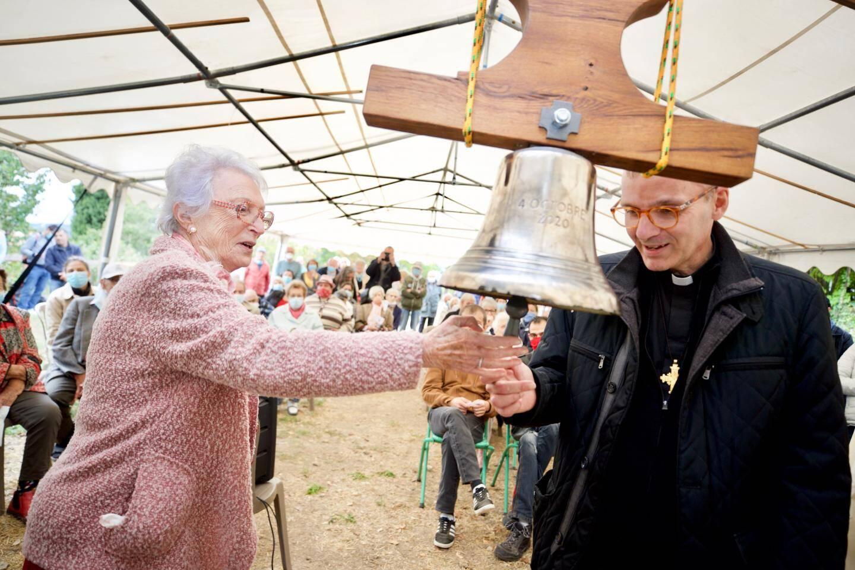 La cloche, offerte par les moines cisterciens de l'île de Lérins, au large de Cannes, a désormais une marraine (Mireille, à gauche) et un parrain (le père José, à droite).