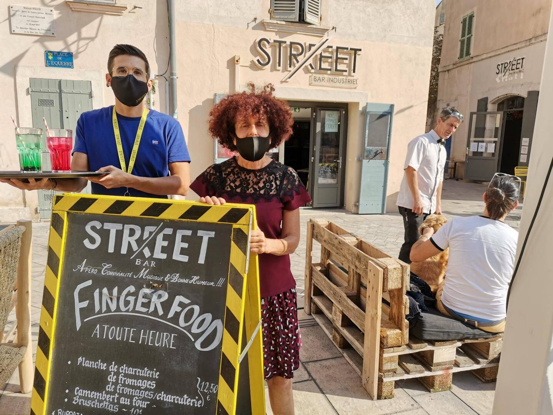 Franck, le gérant du bar le Street, et Odile se désolent de la fermeture prématurée des bars et restaurants toulonnais.