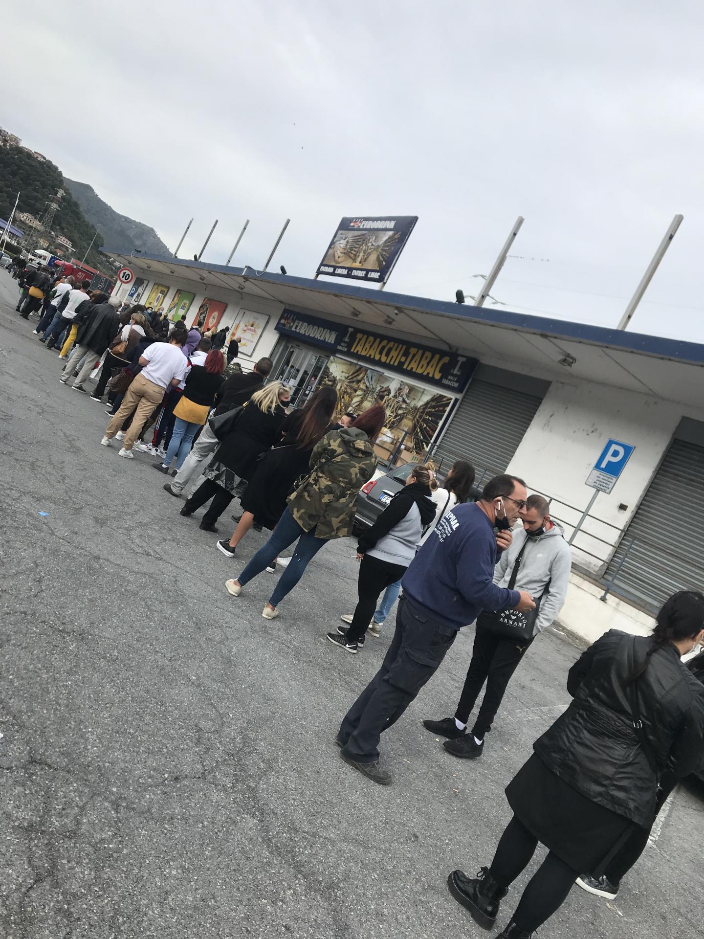 La queue jeudi devant un tabac en Italie.