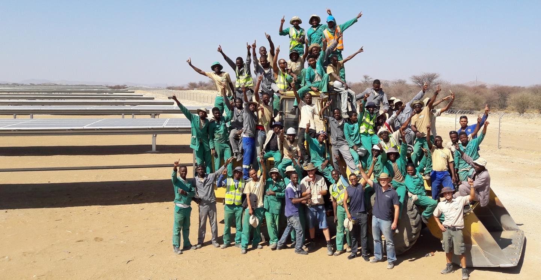 En 2016, l'équipe de construction (sous-traitants namibiens) a travaillé pendant six mois sur la mise en service du deuxième parc solaire d'InnoSun à Osona, au nord de Windhoek.