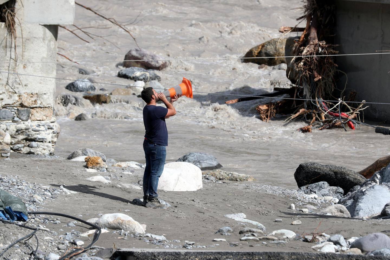600 pompiers sont encore mobilisés ce mardi 6 octobre dans les Alpes-Maritimes pour retrouver les victimes de la tempête Alex, aider les sinistrés, déblayer pour rétablir des axes de communication. Charles Ange Ginesy, président du Département, a transmis à l'Etat la demande de classer 41 communes des Alpes-Maritimes en état de catastrophe naturelle.