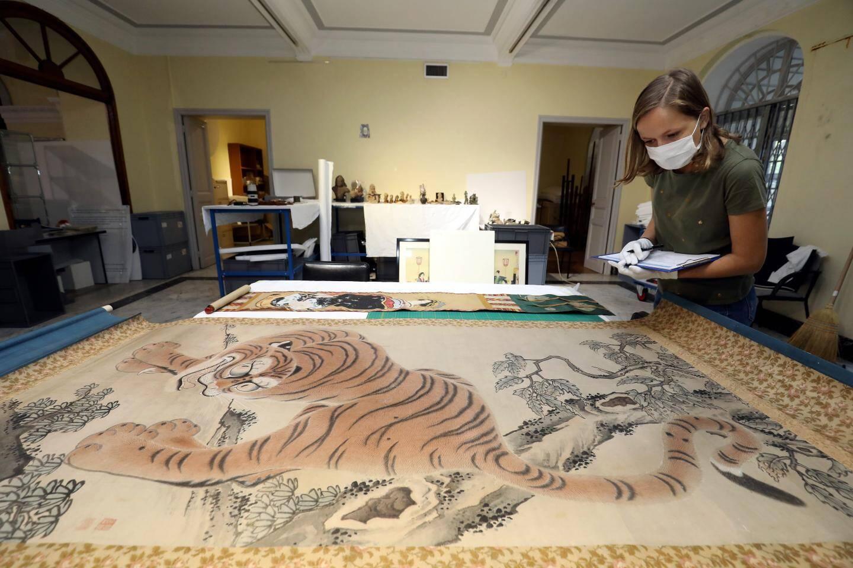 C'est au tour des kakémonos du Palais de Carnolès de retrouver leur éclat. L'entretien de ces œuvres sur soie ou papier exige une grande délicatesse.
