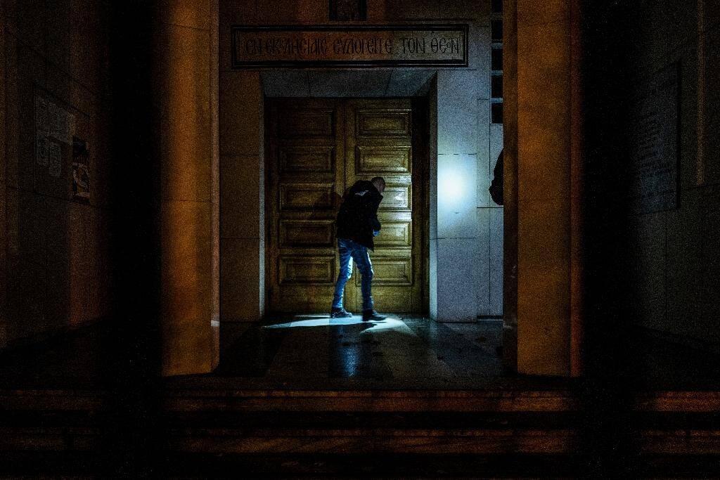 Un policier inspecte l'église où un prêtre orthodoxe a été la cible d'un tireur, à Lyon le 31 octobre 2020