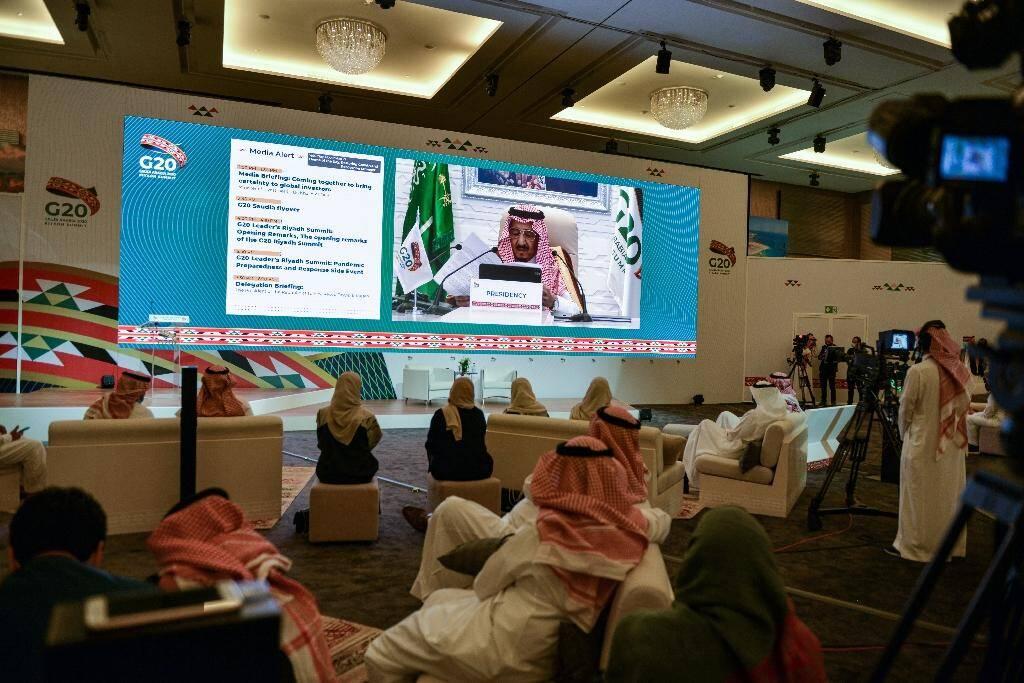 Les médias sont réunis dans un centre de presse à Riyad pour suivre les visio-conférences des dirigeants du G20, le 21 novembre 2020