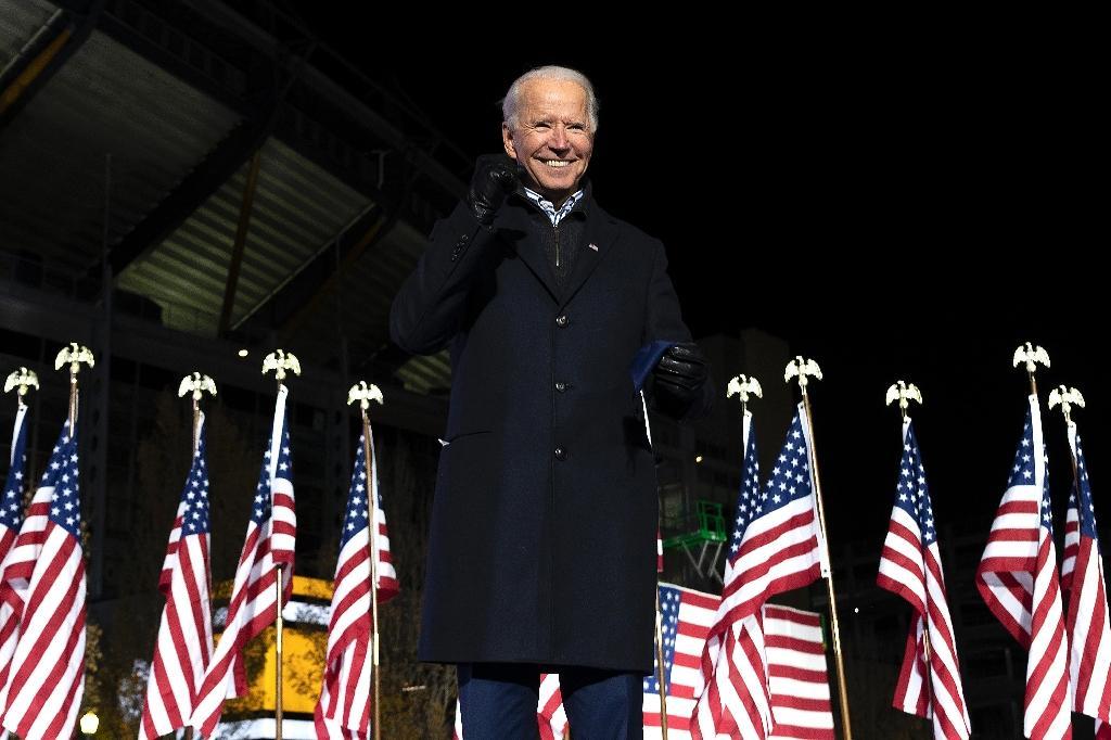 "Joe Biden lors de son dernier grand meeting de campagne en ""drive-in"" le 2 novembre 2020 à Pittsburgh, en Pennsylvanie"
