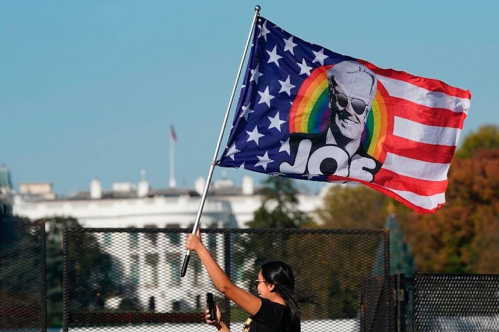 Une partisane de Joe Biden devant la Maison Blanche, le 7 novembre 2020 à Washington
