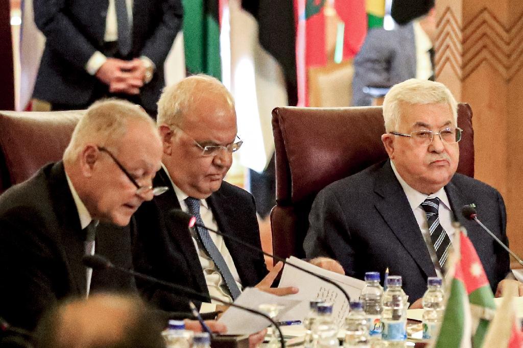 Saëb Erakat (c), le président palestinien Mahmoud Abbas (d) et le secrétaire général de la Ligue arabe Ahmed Aboul Gheit, le 1er février 2020 au Caire
