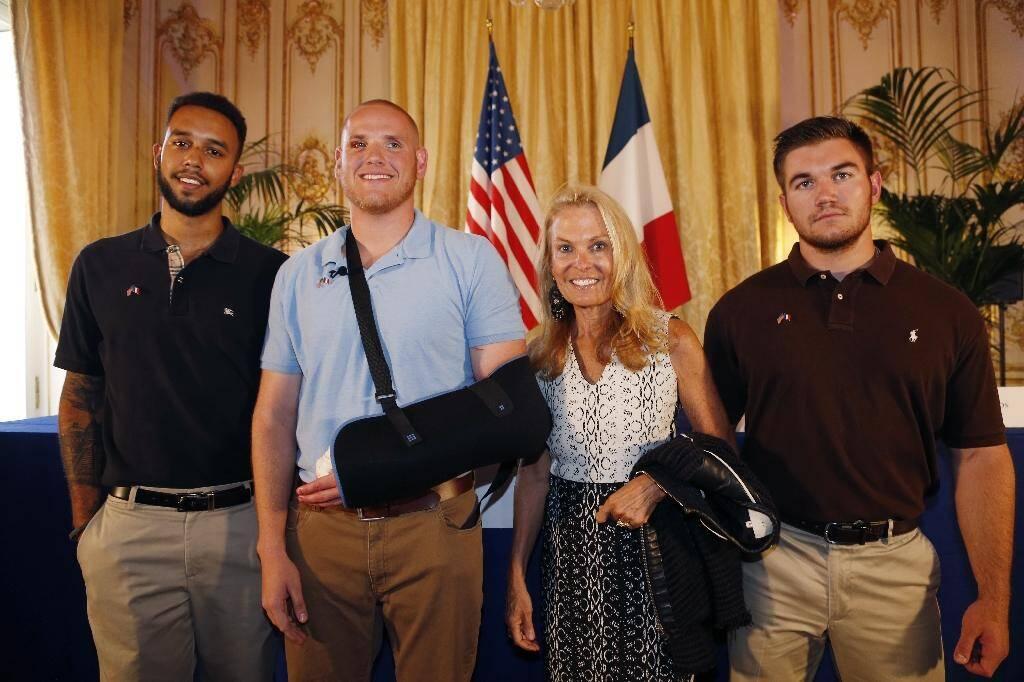 L'ambassadeur des Etats-Unis en France, Jane Hartley, pose avec les militaires américains passagers du Thalys ayant empêché l'attaque, le 23 août 2015 (de gauche à droite: Anthony Sadler, Spencer Thone, l'ambassadeur Jane Hartley, Alek Skarlatos)