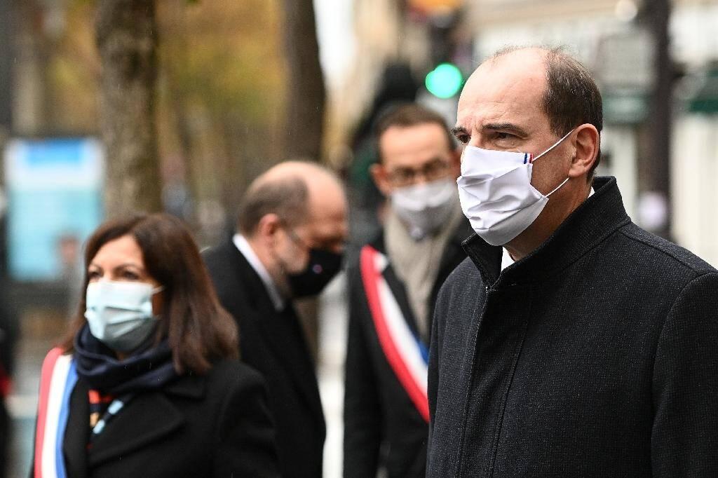 Anne Hidalgo et Jean Castex devant le Comptoir Voltaire pour un hommage aux victimes des attentats du 13 novembre 2015 à Paris, 5 ans après