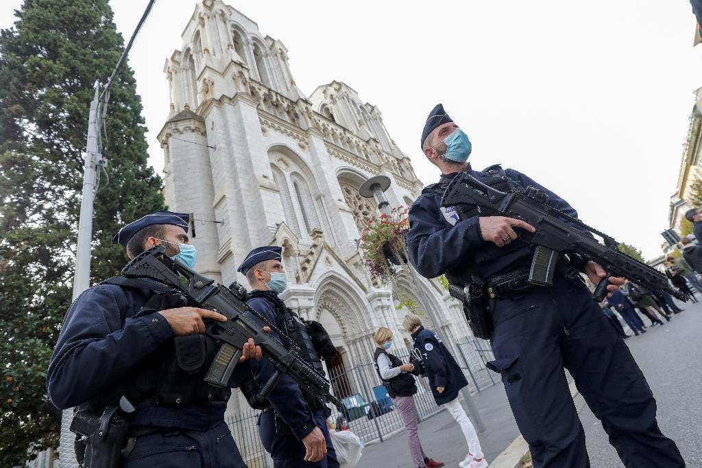Des policiers sécurisent la basilique Notre-Dame à Nice après l'attentat, le 29 octobre 2020.