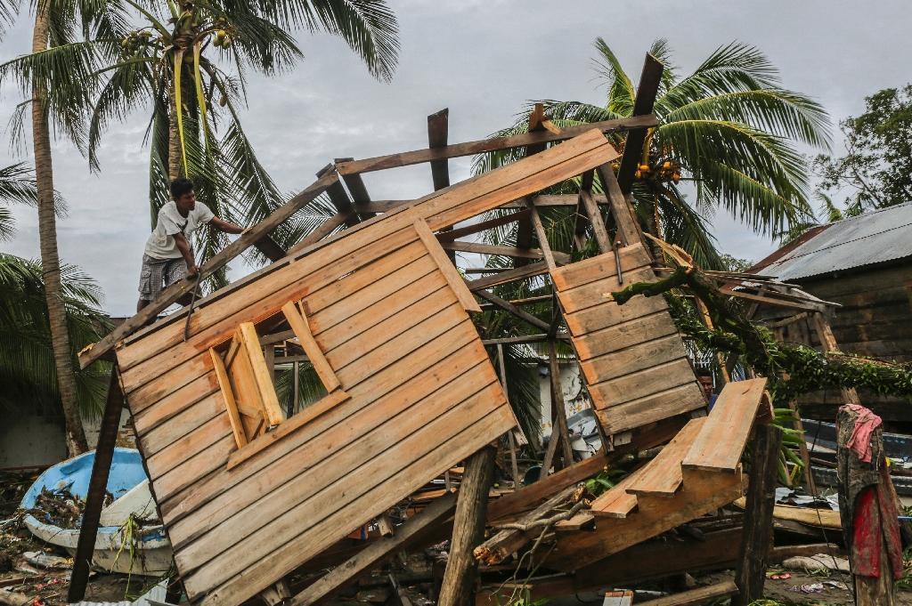 Un homme fouille les décombres d'une maison détruite à Bilwi, au Nicaragua, le 5 novembre 2020, après le passage dévastateur de l'ouragan Eta