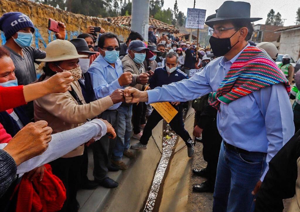 Le président péruvien Martin Vizcarra (d) à la rencontre de ses soutiens à Jauja, le 9 novembre 2020