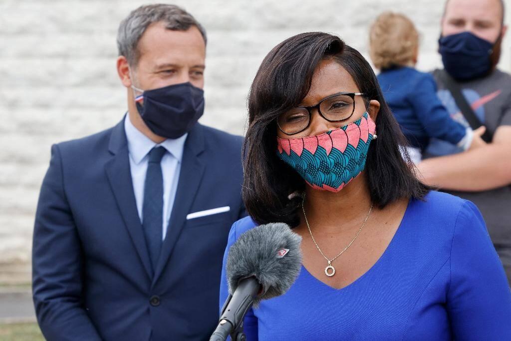 La ministre déléguée à l'Egalité femmes-hommes Elisabeth Moreno et son homologue chargé de la protection de l'Enfance Adrien Taquet (g) à Longjumeau (Essonne), le 23 septembre 2020