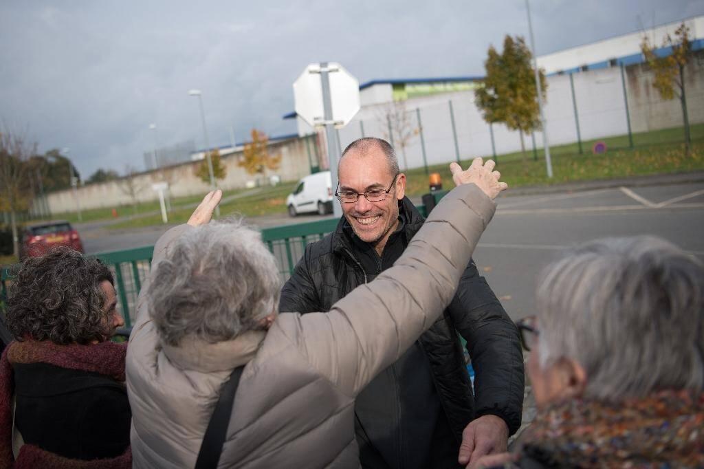 Vincenzo Vecchi accueilli par des amis à la sortie de la prison de Rennes le 15 novembre 2019