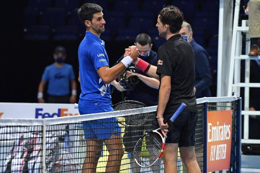 Dominic Thiem (à droite) salue Novak Djokovic à l'issue de leur match de demi-finale des Masters, le 21 novembre 2020 à Londres