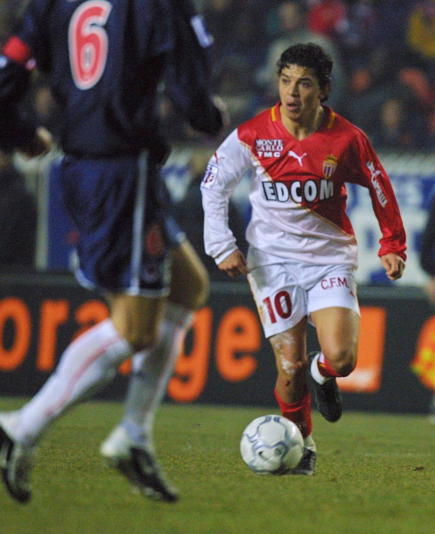 Marcelo Gallardo s'avance avec le ballon face au capitaine parisien Frédéric Déhu.
