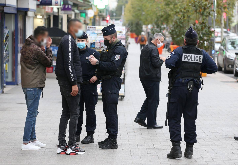 A Draguignan, les policiers effectuent une opération de contrôle sur le port du masque, désormais obligatoire en centre-ville.