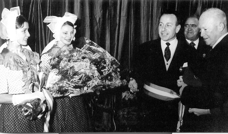Eisenhower n'est resté qu'une grosse demi-heure à Toulon, le temps de recevoir un bouquet des mains de Monique et Annie, deux jeunes danseuses, et d'échanger quelques mots avec Maurice Arreckx qui vient d'être élu maire.