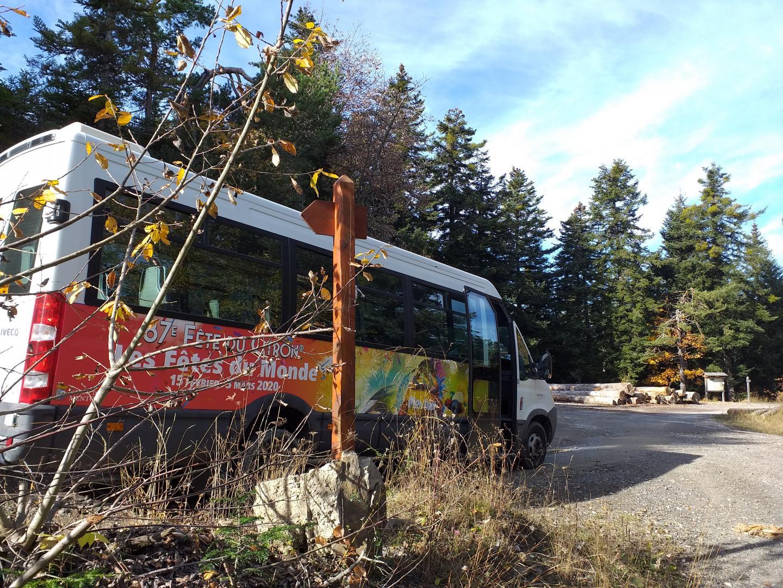 Le bus de l'office de tourisme de Menton (22 places) permet d'acheminer les usagers sur La Brigue par la Piste de l'Amitié.