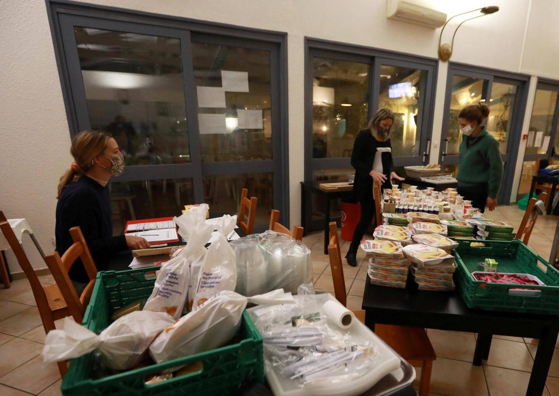 Tous les soirs, à 18h30, les bénévoles procèdent à la distribution des repas.