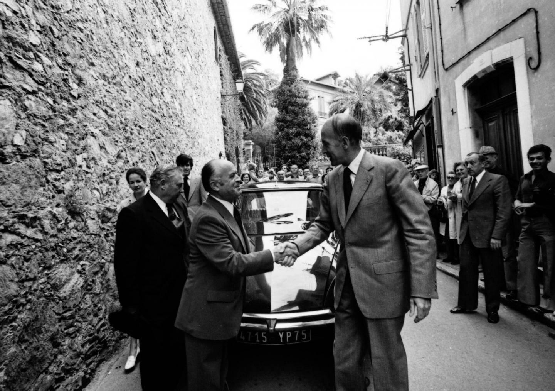 Ici, en promenade à Bormes-les-Mimosas, en 1976. Le président séjourne au Fort régulièrement durant son septennat.