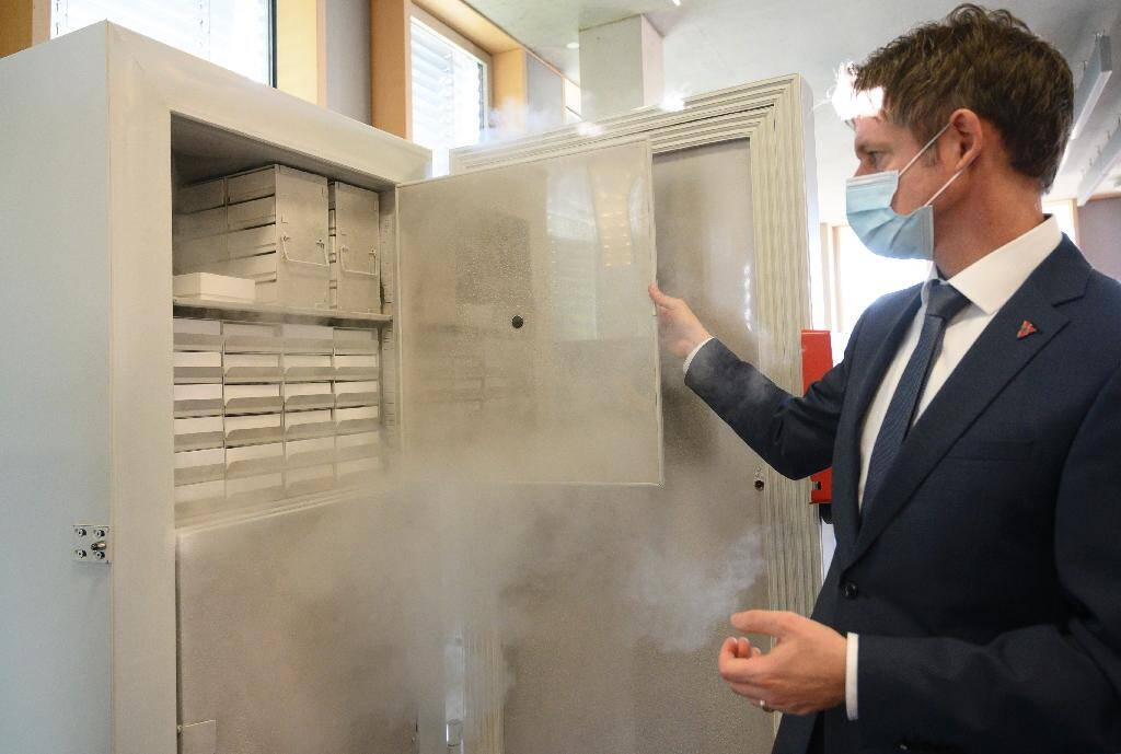 """Peter Wimmer, le vice-président de l'entreprise Binder, ouvre un """"super-congélateur"""" fabriqué par sa société, à Tuttlingen, dans le sud de l'Allemagne, le 24 novembre 2020"""