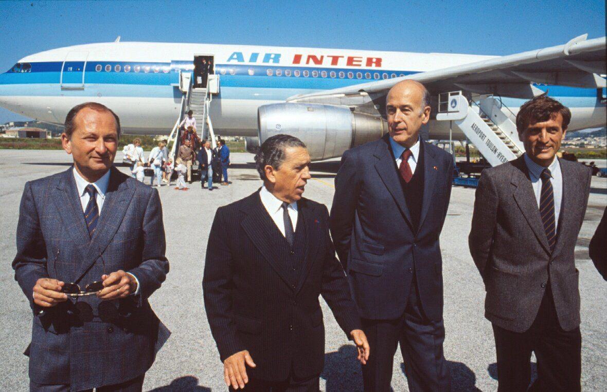 Sur le tarmac de l'aéroport d'Hyères, en compagnie notamment de François Léotard (à droite).