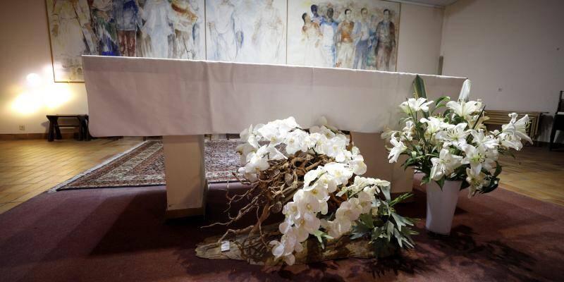 Il utilise le bois échoué sur les plages pour créer une composition florale en hommage aux sinistrés de la tempête Alex