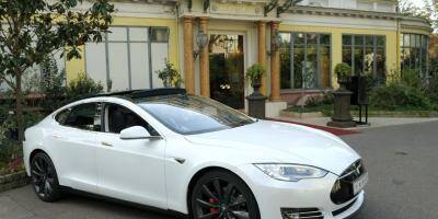 Le conducteur d'une Tesla interpellé à 140 km/h sur l'autoroute, allongé et endormi derrière le volant