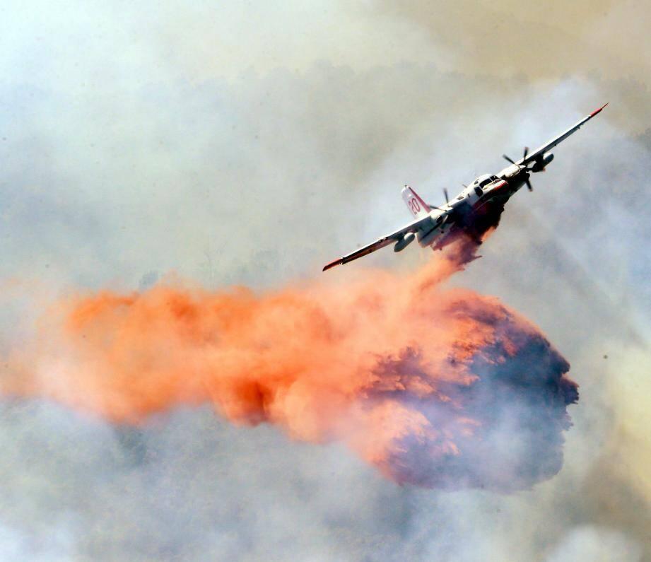Des largages de Tracker ce matin ont permis de couper la descente du feu vers une zone inaccessible.