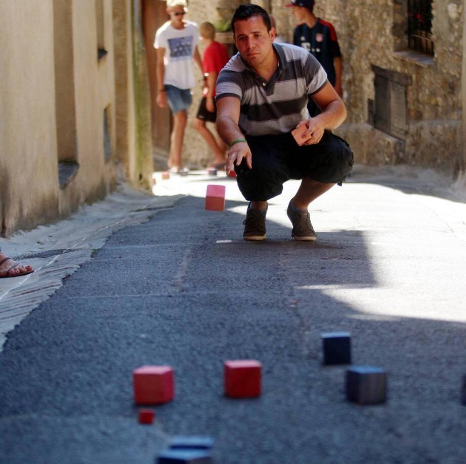Inventées à Cagnes sur Mer, les boules carrées sont bien commodes dans les rues pentues.
