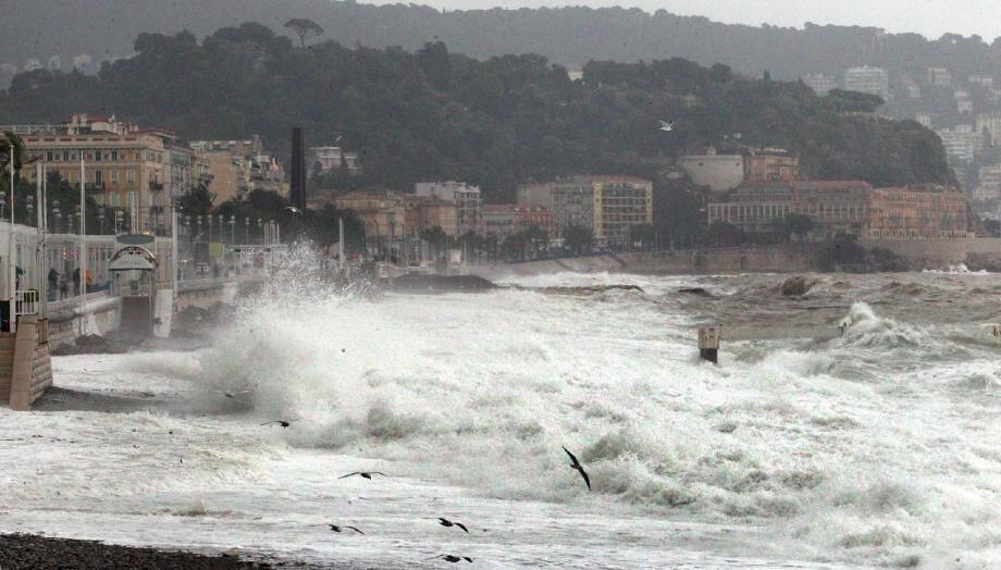Des vagues très impressionnantes devant la Promenade des Anglais à Nice.