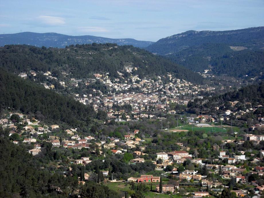 La vallée du Gapeau avec Solliès-Pont (au premier plan) et Solliès-Toucas.