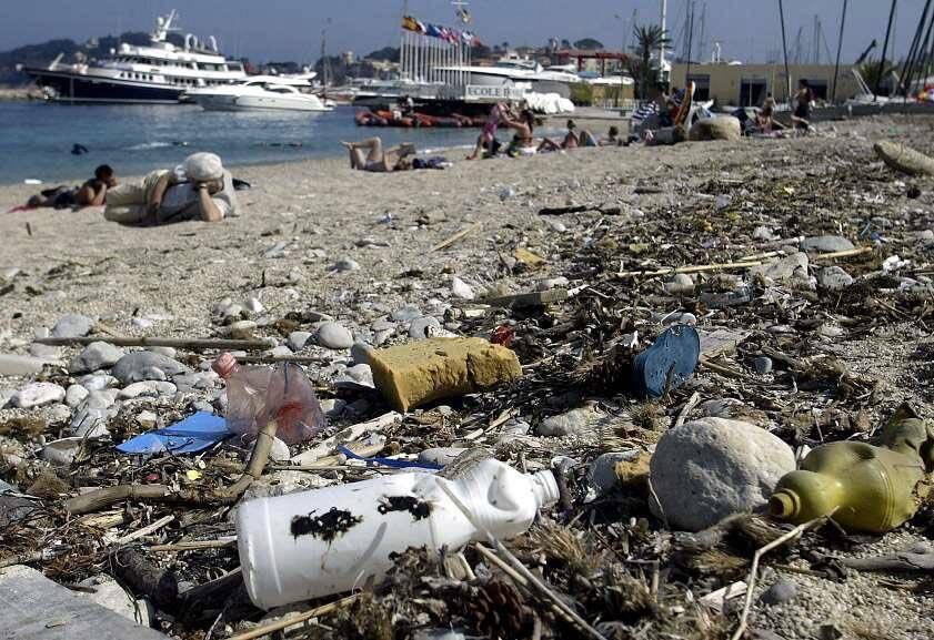 La dérive de la pollution de la Méditerranée par les microplastiques.