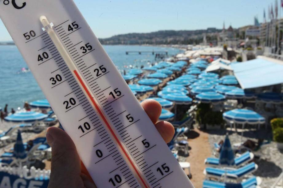 Le thermomètre affiche une température élevée de plus en plus tôt dans la saison .