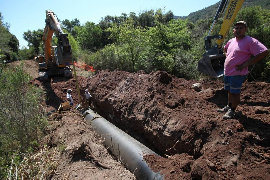 Début des travaux pour la pose de la canalisation de 800 mm de la liaison entre Le Muy et Fréjus.(Photo Philippe Arnassan)