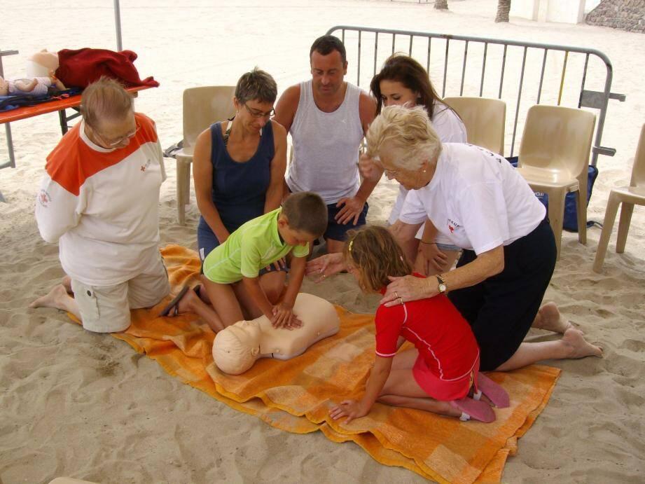 Les gestes de premiers secours sont à apprendre gratuitement avec la Croix-Rouge 23 juillet prochain sur la plage de Robinson.(Photo L. L.)